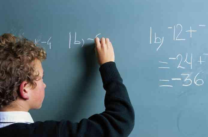 Ребёнок пишет на школьной доске