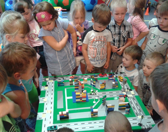 Дети изучают макет города